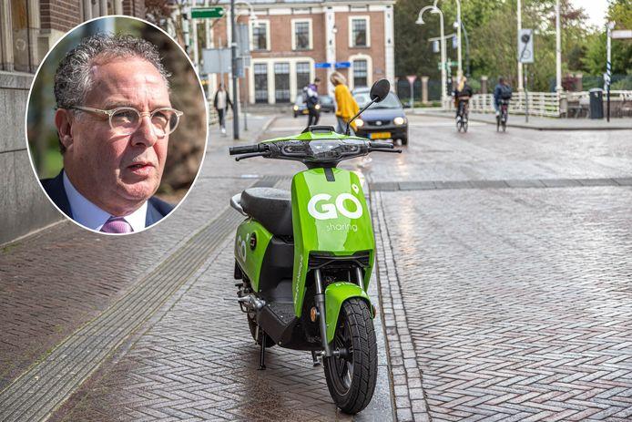 Een deelscooter in de Zwolse Luttekestraat. Wethouder Dogger ziet de meerwaarde van deze nieuwe vervoersmiddelen in de stad.