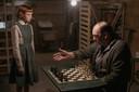 De conciërge geeft schaakles, scène uit The Queen's Gambit.