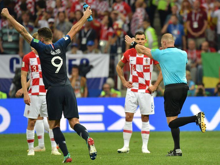 ...en geeft Frankrijk een penalty tot ontzetting van Kroatië. Beeld EPA