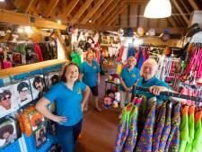 Bij De Goede Keus in Heino gaan ze in polonaise over de winkelzolder bij het uitzoeken van een carnavalskostuum