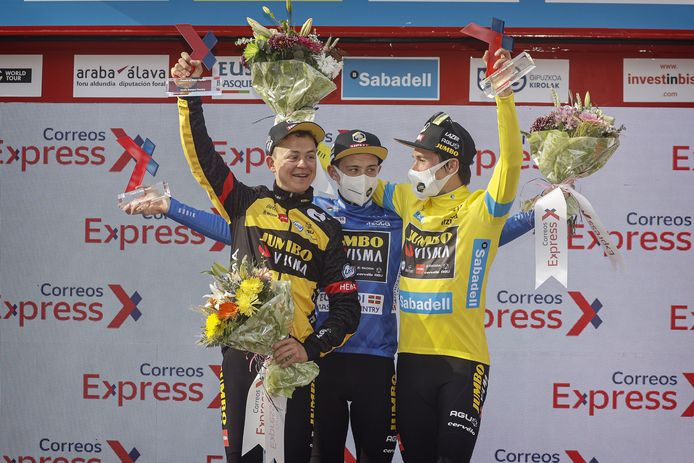 Antwan Tolhoek, Jonas Vingegaard en Primoz Rogliz (vlnr) hebben met Jumbo-Visma het ploegenklassement gewonnen.