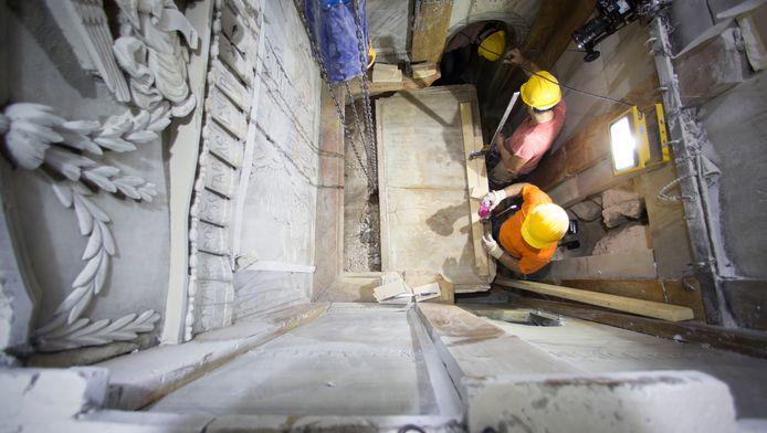 Archeologen halen een eerste marmeren plaat van de graftombe.