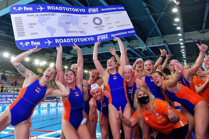 De Nederlandse waterpolosters met hun ticket voor Tokio. .