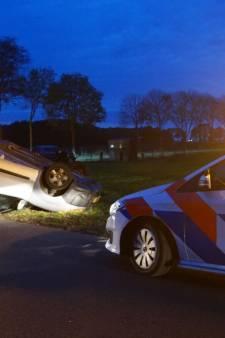 Bestelauto op de kop bij ongeluk in Staphorst: vrouw gewond