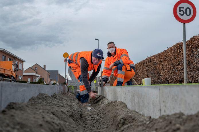 De stad wil haar bodem ontharden en vervangt daarom de reflecterende gele paaltjes naast de weg door groenvlakken.