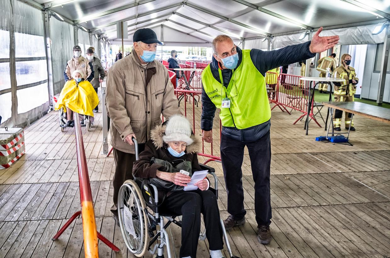 Het vaccinatiecentrum Spoor Oost  in Antwerpen draait op volle toeren. Voorlopig is niet uit te maken hoe goed de vaccins beschermen tegen de Indiase variant. Beeld Tim Dirven