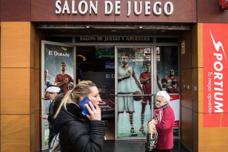 In Puente de Vallecas, een van de minst bedeelde wijken van Madrid, zijn er soms wel twaalf gokhallen in één huizenblok.  Beeld Cesar Dezfuli