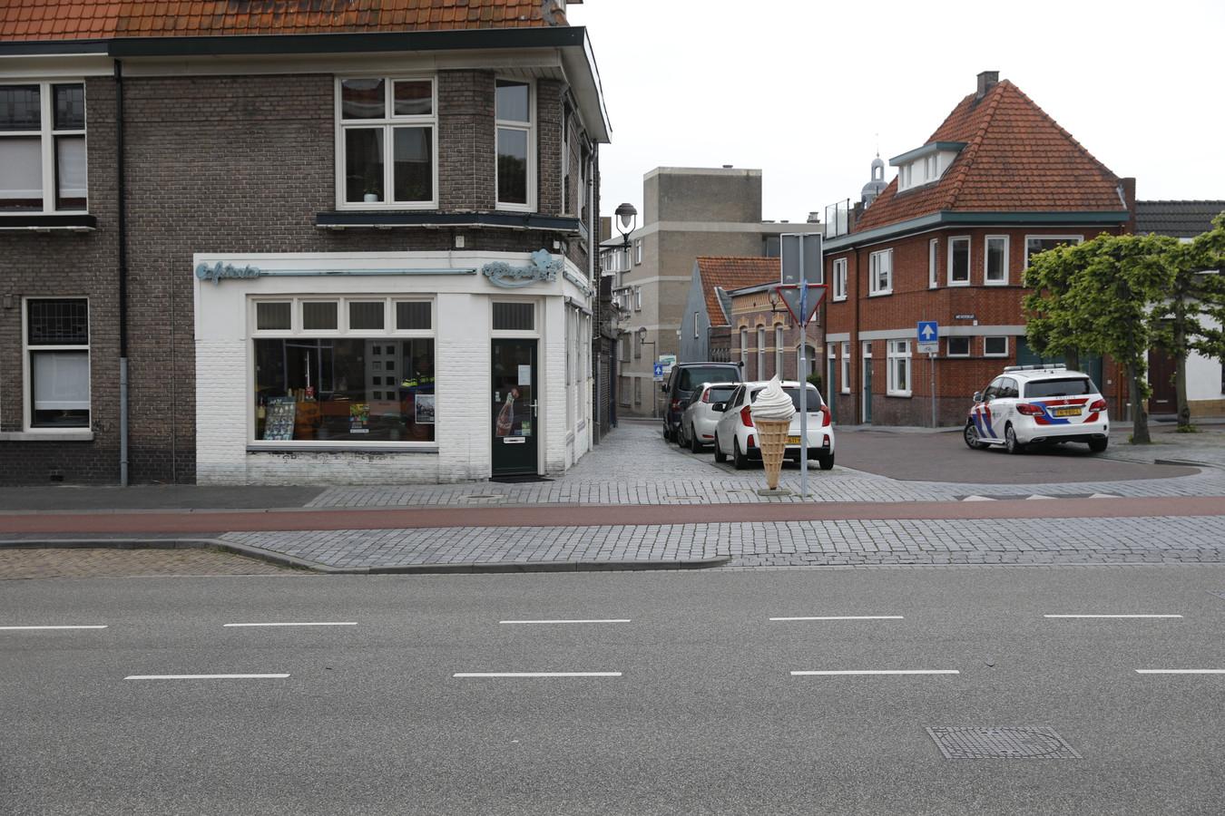 Man overvalt cafetaria in Bergen op Zoom. De politie doet onderzoek.