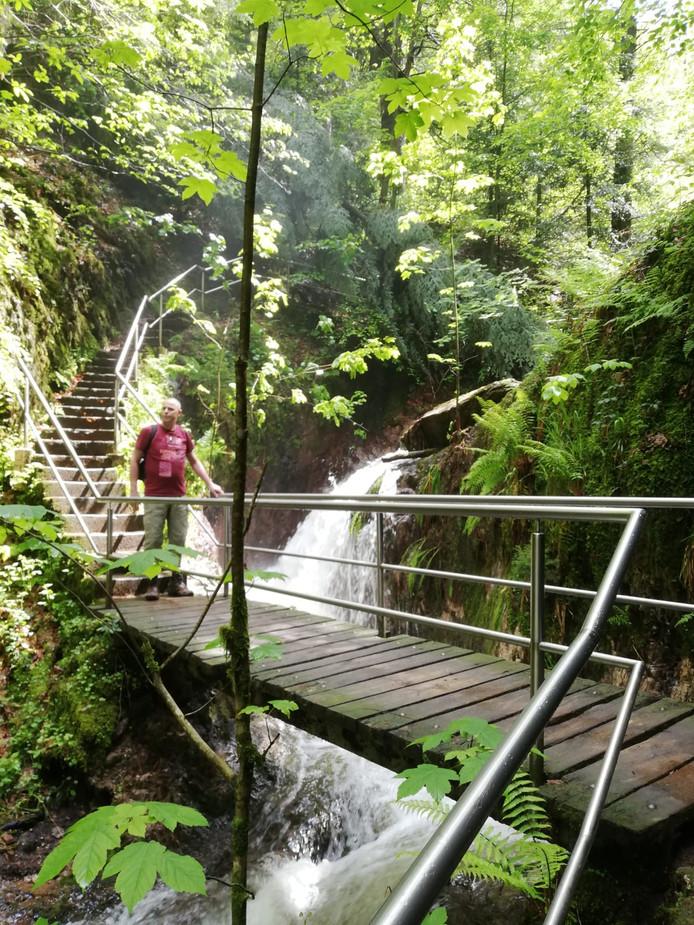 Marco Ouwerkerk wandelt langs de Edelfrauengrab-Wasserfälle. De naam verwijst naar een saga over een edelvrouw.