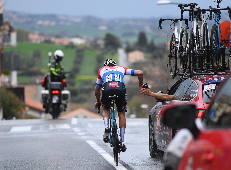 Nederlands kampioen Mathieu van der Poel neemt een bidon aan tijdens zijn heroïsche solo in Tirreno-Adriatico. Beeld LaPresse