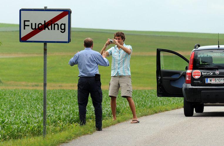 Toeristen willen vaak met het plaatsnaambord van Fucking op de foto. Beeld AFP
