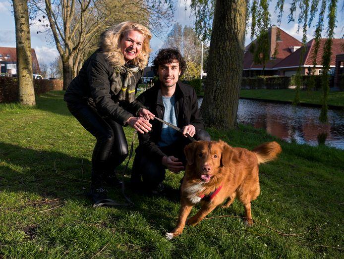 Lars Berends, de man achter www.hondjeuitlaten.nl, met moeder Gina Bode, die de administratie doet.