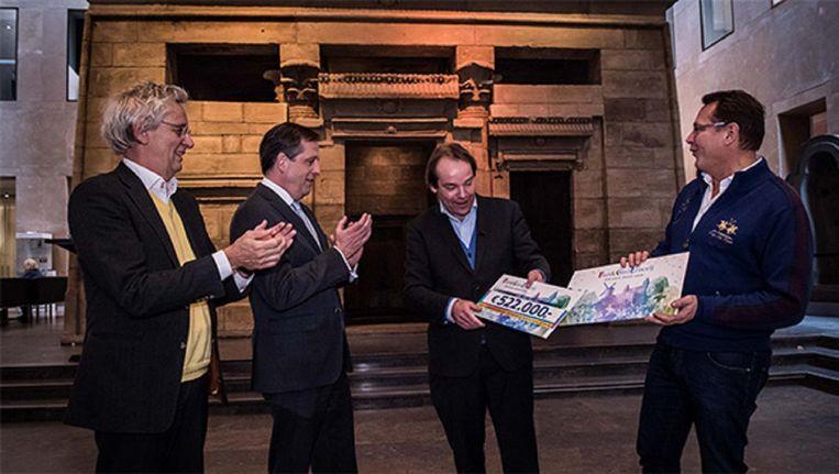 Rijksmuseum van Oudheden directeur Wim Weijland krijgt uit handen van Albert Verlinde namens de BankGiro Loterij een cheque van 522.000 euro. Beeld