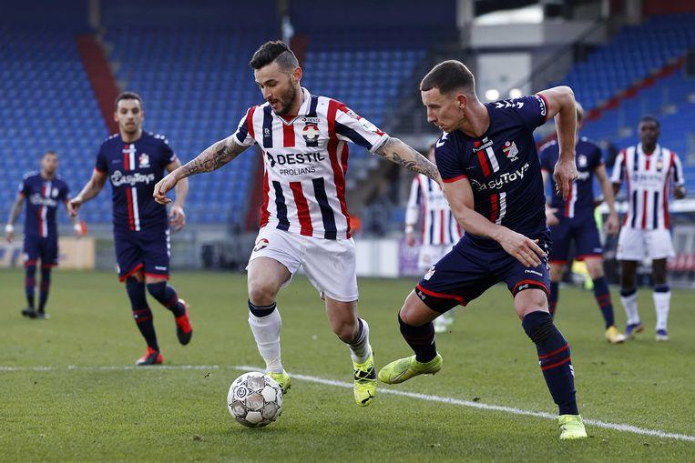 Pol Llonch van Willem II probeert de bal weg te houden bij Glenn Bijl van FC Emmen. Beeld ANP