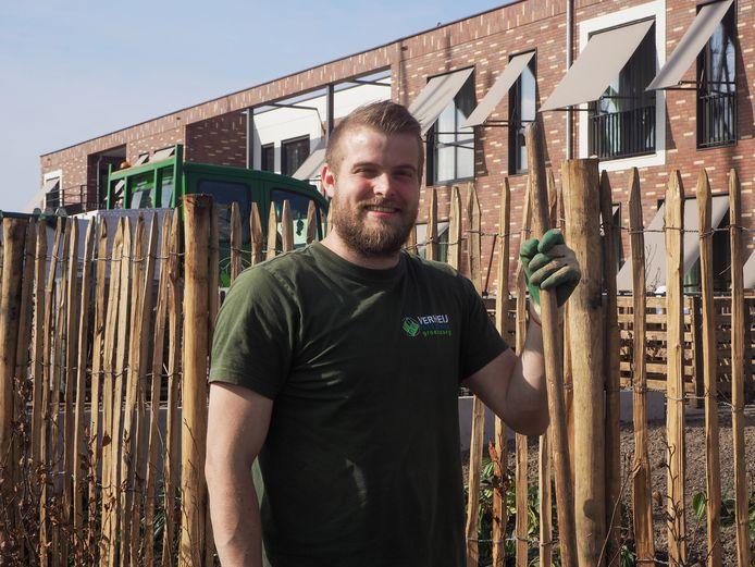 Hovenier Remco Leonhart (30) vindt het heerlijk om veel buiten te zijn en mensen te zien genieten van hun nieuwe tuin.