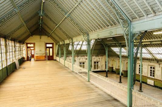 De impossante art nouveaufeestzaal beschikt ook over een zeer ruime mezzanine.