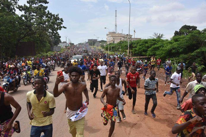 Mensen vieren feest in de straten van Conakry.