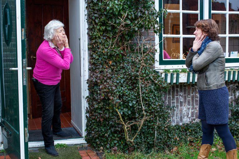 Marijke Treep-Van Ede (links) leerde van haar dochter hoe ze zichzelf moest knuffelen. Beeld Jildiz Kaptein Fotografie