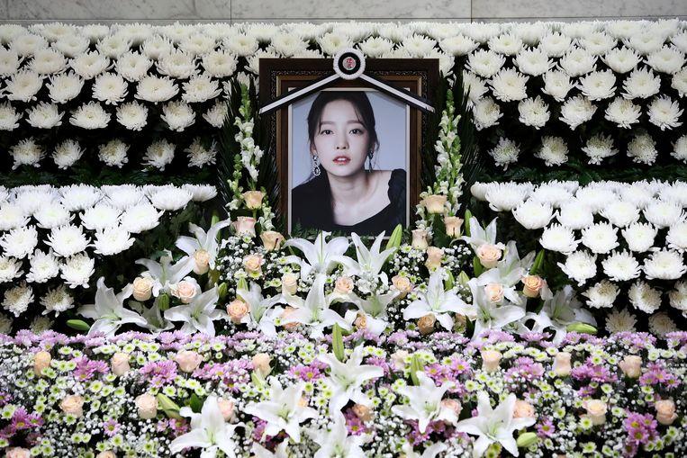 Een gedenkteken voor de overleden zangeres Goo Hara bij het St. Mary's Hospital in Seoul. Beeld AP