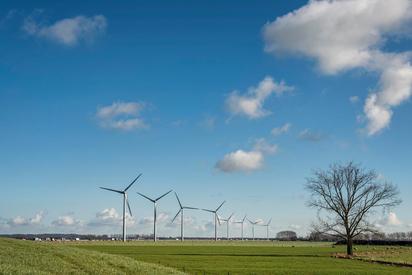 Langs de A15 bij Echteld staan nu al acht windmolens.