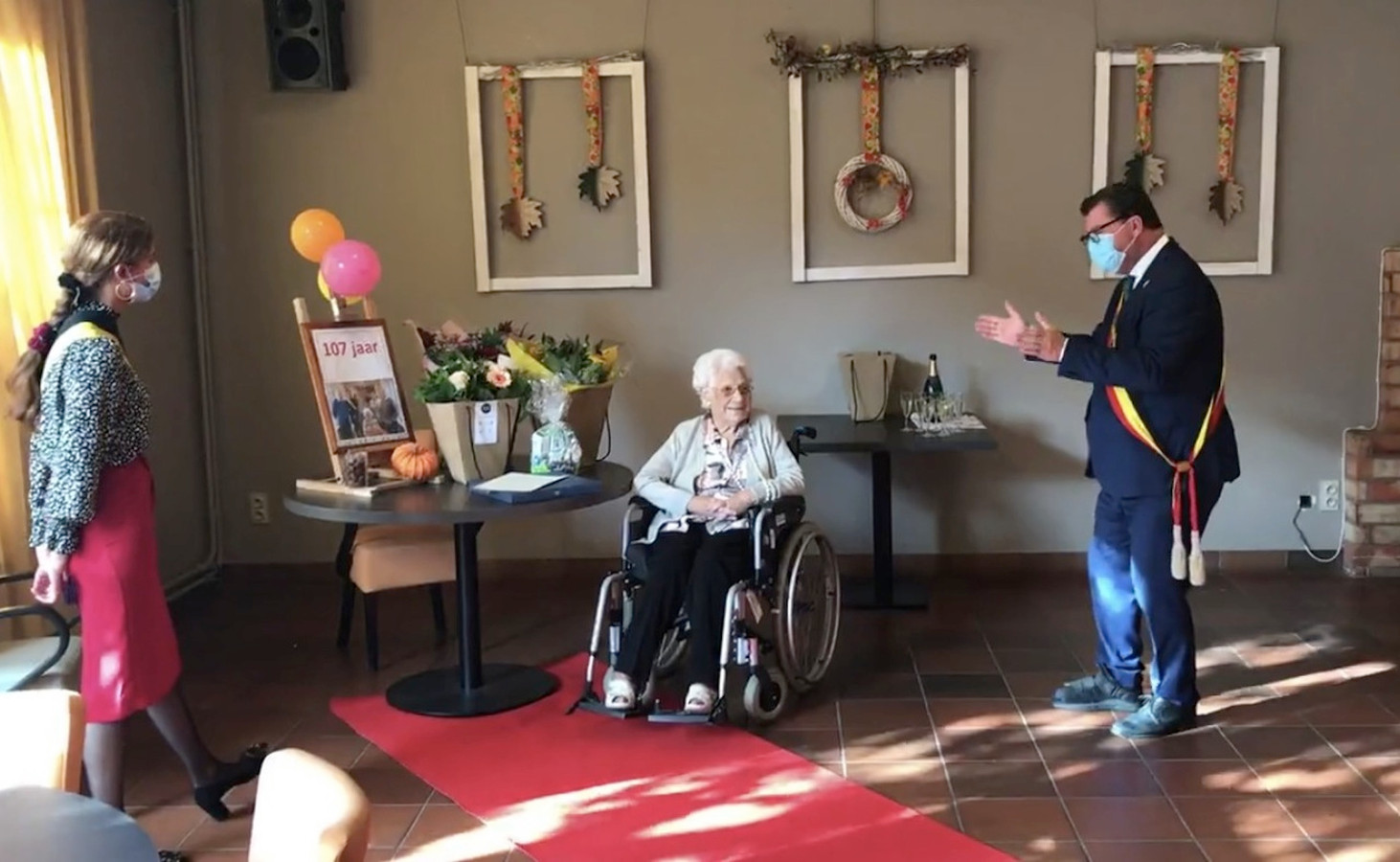 Burgemeester Tommelein brengt 'Leef' voor de 107-jarige Angela.