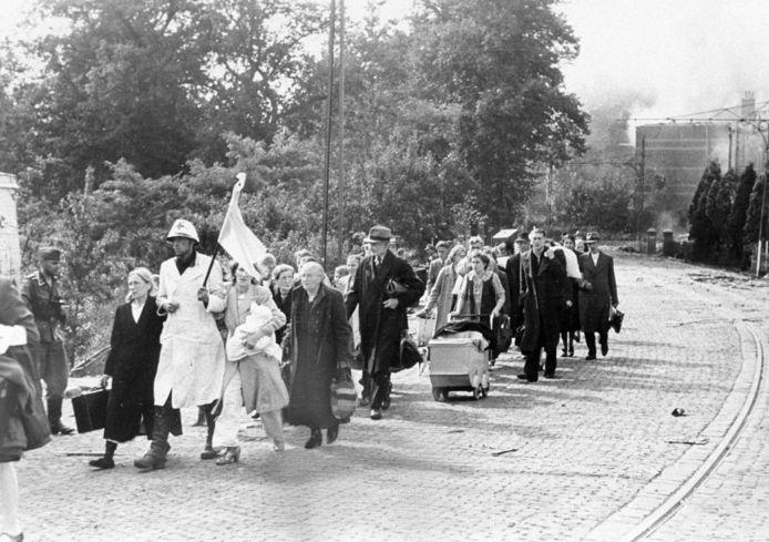 Het Elisabeth Gasthuis wordt geëvacueerd in Arnhem, in september 1944.