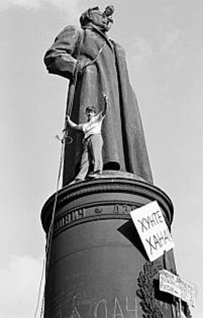 Demonstranten op het beeld van Feliks Dzerzjinski in 1991.