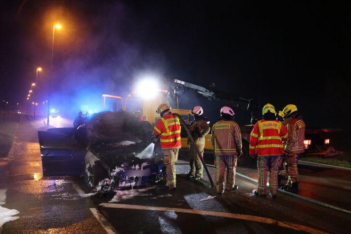 Het voertuig ging volledig in vlammen op.