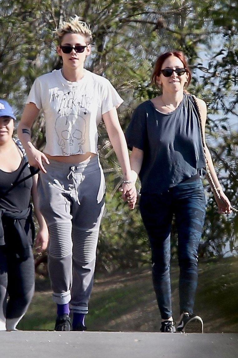 Kristen Stewart en Sara Dinkin werden hand in hand gespot.