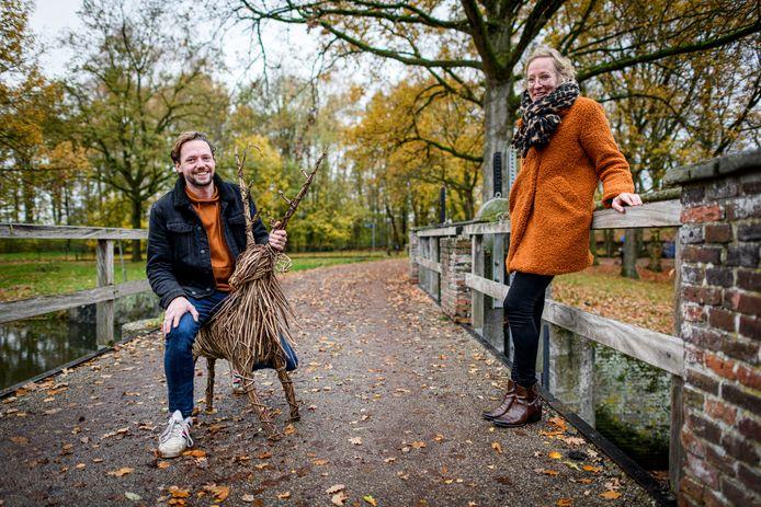 Wouter Braam en Marloes van Nistelrooij op de brug tussen Het Muldershuis en de Mallumse Molen. Samen met collega-ondernemers tekenen zij voor Karsmis in hoes: restaurantbeleving thuis.