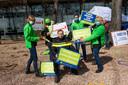 Ook vier in het groen gestoken dames van de Algemene Onderwijs Bond gaven acte de présence in Apeldoorn.