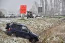 De Kia Sportage raakte van de Ingelmunstersteenweg in Oostrozebeke af en gleed de gracht in.