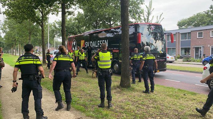 Politie bij de bus aan het Wezenland zaterdag aan het begin van de avond in Deventer.