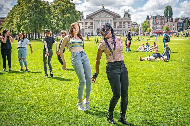 Jongeren dansen coronazorgen van zich af op het Museumplein. Beeld Guus Dubbelman / de Volkskrant