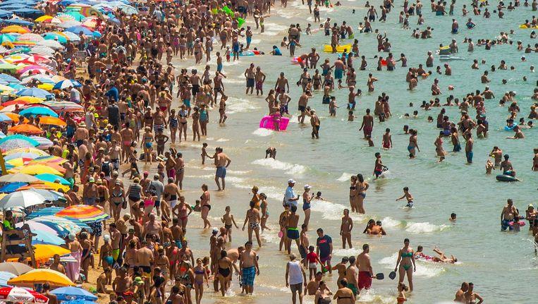 Toeristen op het strand in het Spaanse Benidorm. Beeld Getty Images