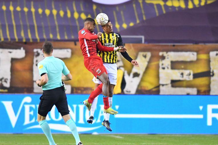 Danilho Doekhi (Vitesse) en Myron Boadu (AZ). Beeld Pro Shots / Paul Meima