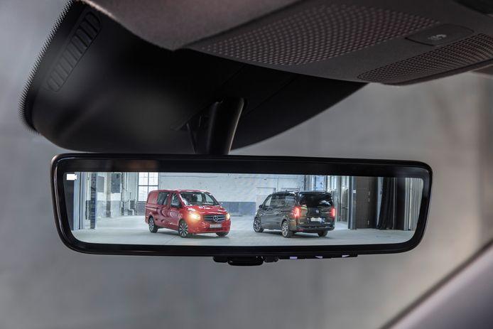 Optioneel levert Mercedes een digitale binnenspiegel, gekoppeld aan een naar achter gerichte camera