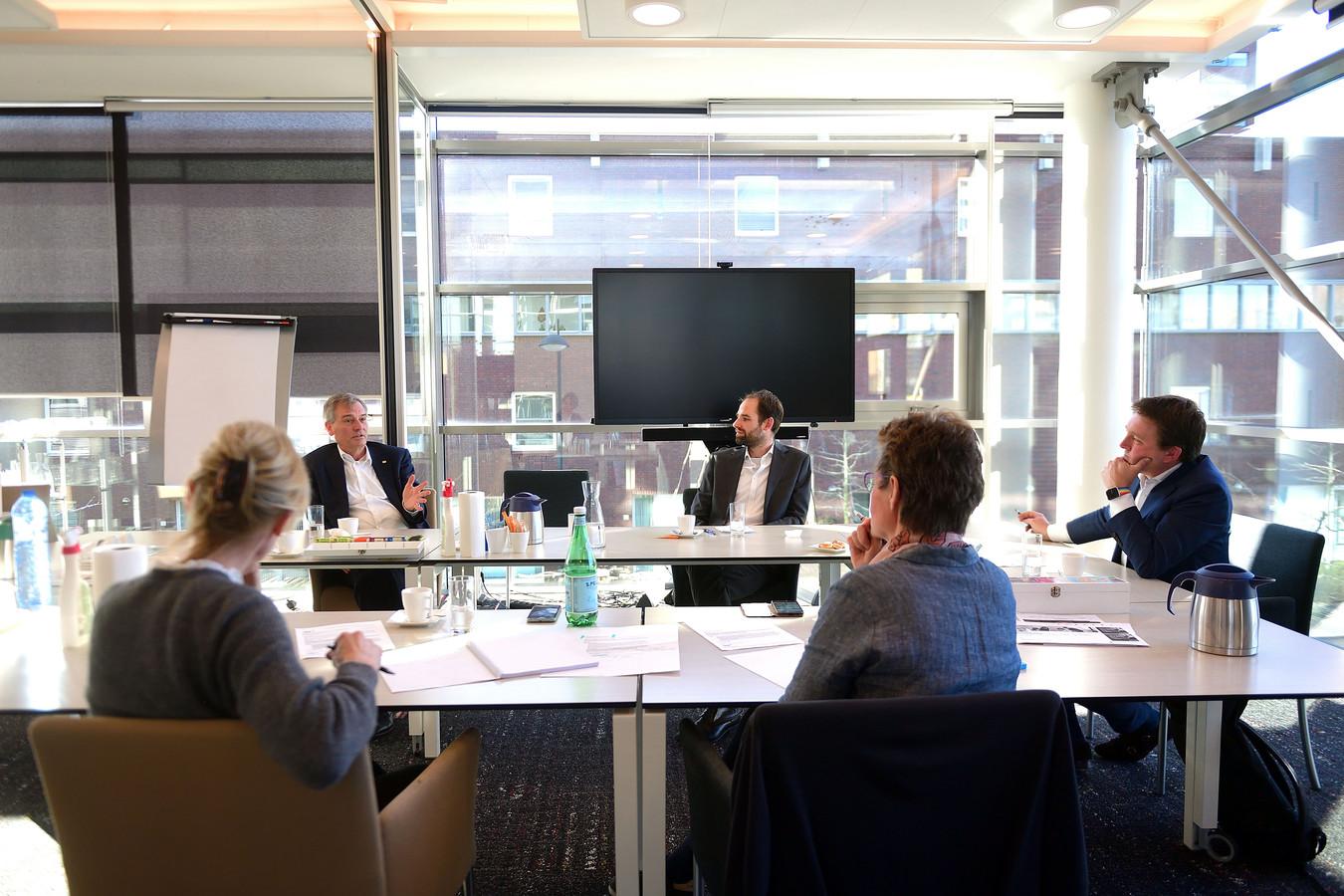 Eric van Schagen in gesprek met Florian Sniekers en Piet de Bekker over de coronamaatregelen.