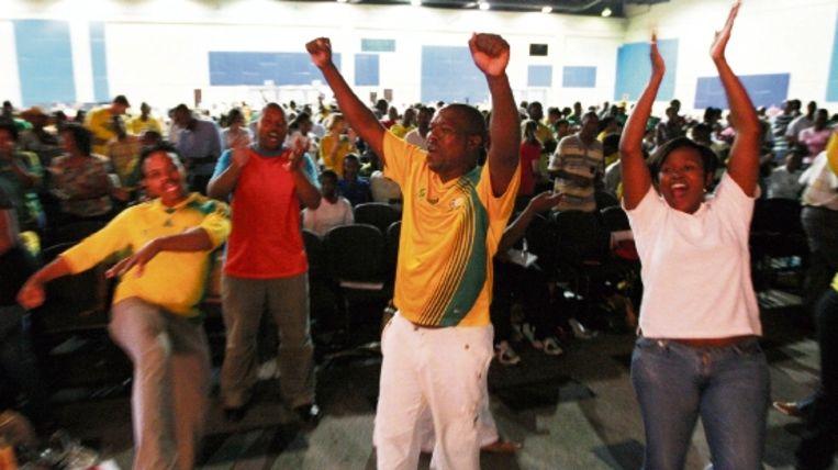 Tijdens de eerste bijeenkomst krijgen de vrijwilligers instructie en leren de 'Diski dans'. (EPA) Beeld EPA