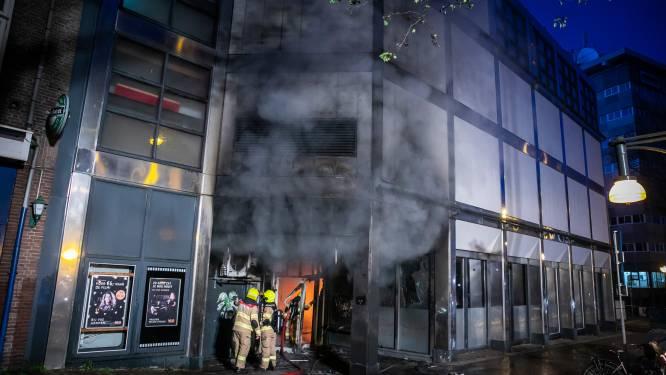 Grote brand in restaurant Arnhemse binnenstad; bioscoop beschadigd en woningen ontruimd