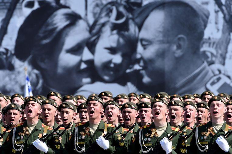 Russische militairen tijdens de grote parade zaterdag op het Rode Plein in Moskou. Beeld afp