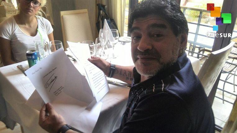 Maradona houdt een brief van Fidel Castro voor zich. Beeld epa
