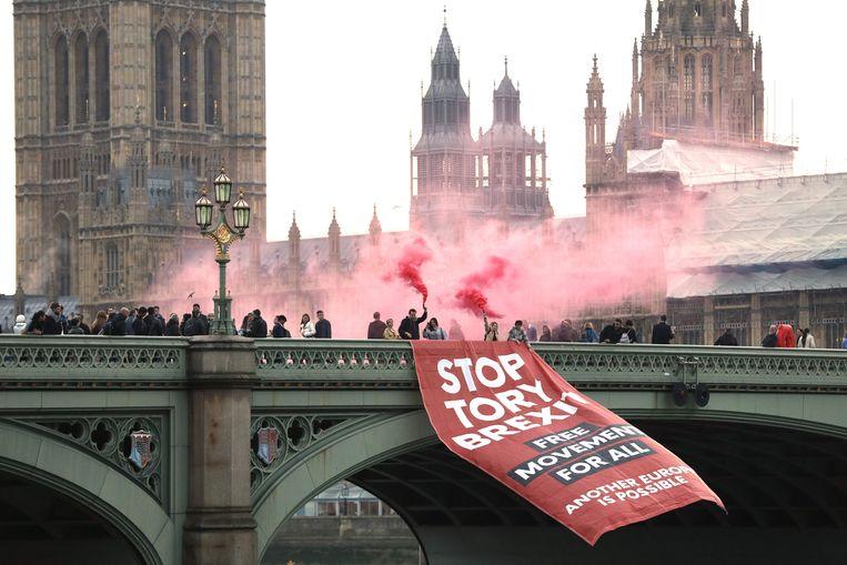 Anti-Brexit demonstranten op de Westminster bridge op 15 november 2018.  Beeld AFP