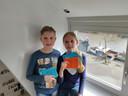 Pepijn (10) en Jasmijn (9) maakten 54 kaartjes voor de bewoners van het verzorgingshuis in hun buurt om hen een hart onder de riem te steken.