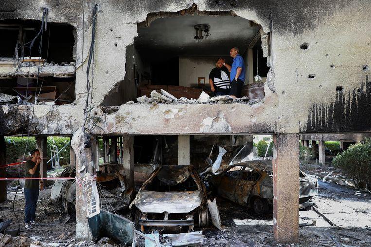 Een Palestijnse familie in hun vernielde appartement in de Gazastrook. Beeld AP