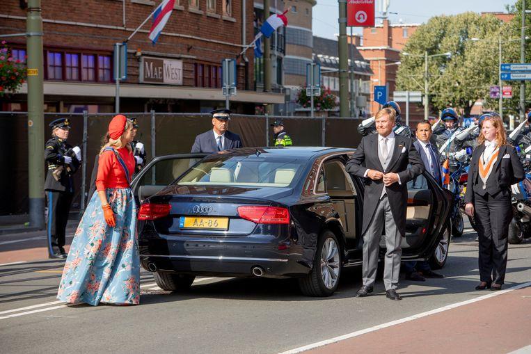 Koning Willem-Alexander en koningin Máxima arriveren bij de Grote Kerk voor Prinsjesdag. Beeld Brunopress
