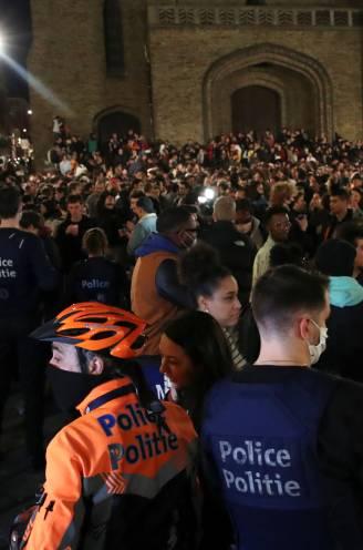 """Politie bekogeld bij ontruiming Flageyplein, ook waterkanon ingezet - Van Ranst: """"Ga naar huis, verkloot het niet voor de rest van de bevolking"""""""