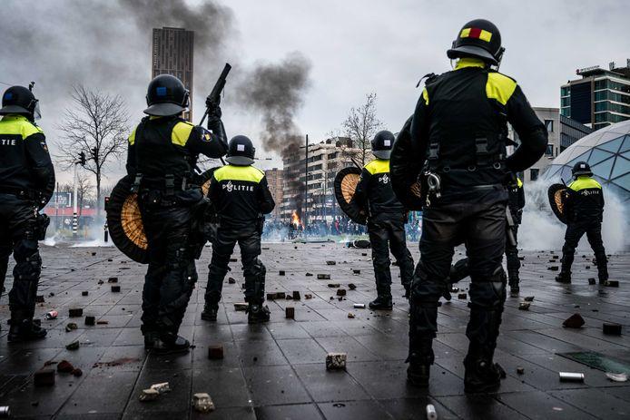 De Nederlandse oproerpolitie op het 18 Septemberplein in Eindhoven.