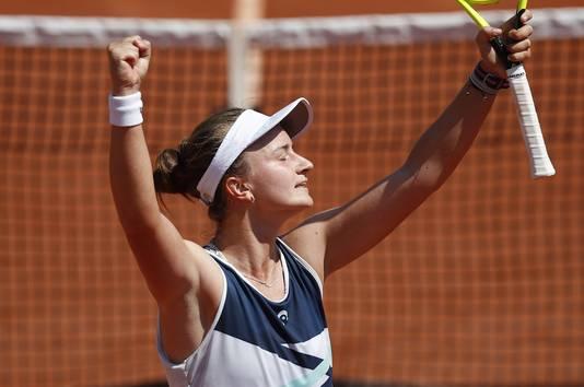 Barbora Krejcikova viert haar overwinning.