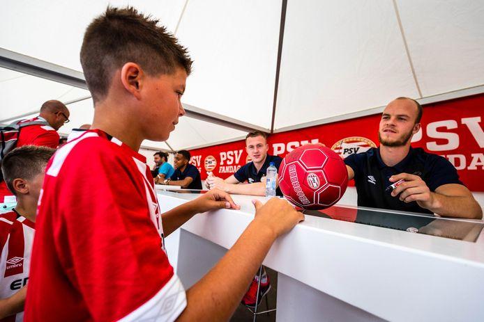 Jorrit Hendrix geeft handtekeningen weg tijdens de jaarlijkse PSV Fandag bij het Philips Stadion in Eindhoven.